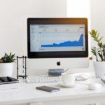 フォロワー数を増やすための方法を調べているパソコン