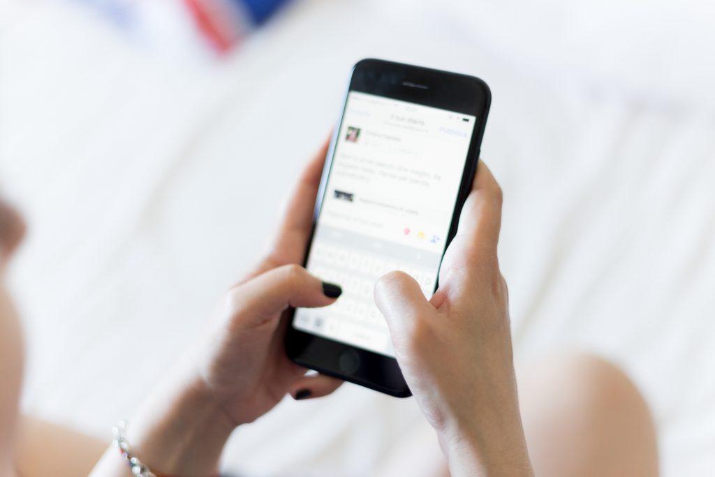 Twitter(ツイッター)でバズったツイートを検索しているスマートフォンの画像
