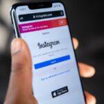 Instagramのログイン画面を表示するスマートフォン
